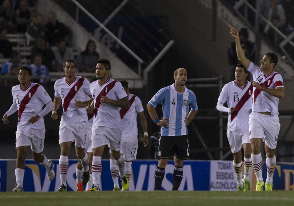 El jugador Claudio Pizarro de Perú (d) festeja su gol ante Argentina. Foto: EFE