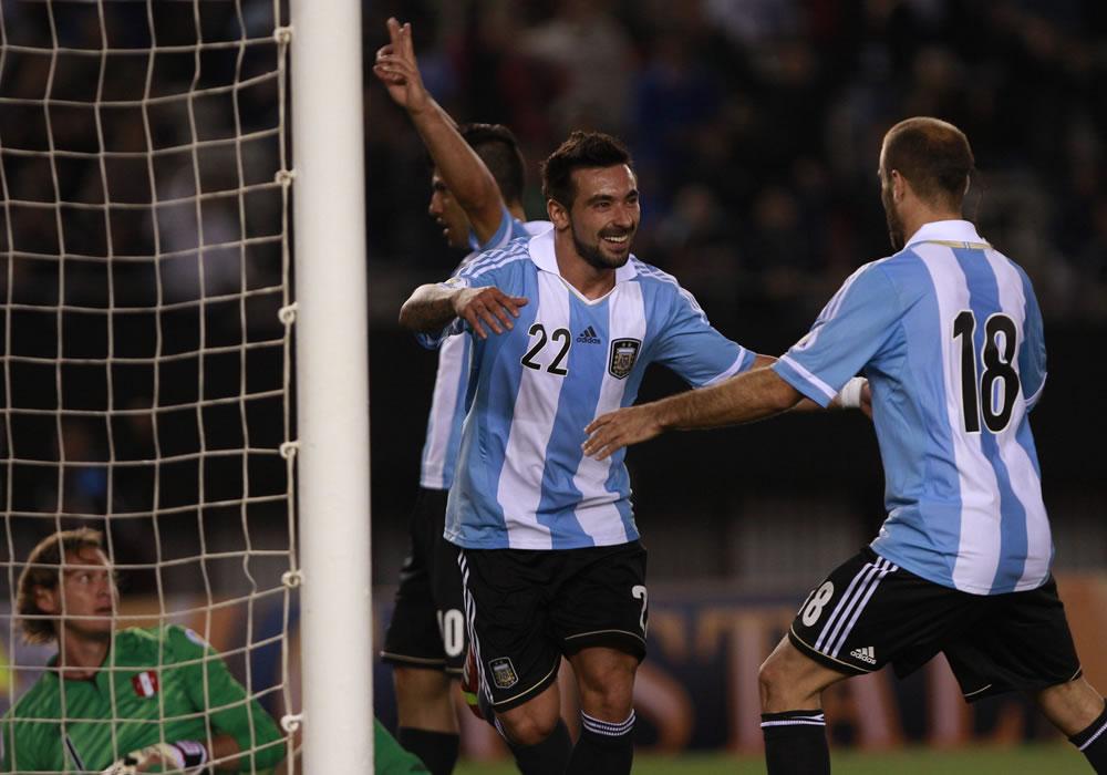 El jugador de Argentina Ezequiel Lavezzi (c) celebra su gol contra Perú. EFE
