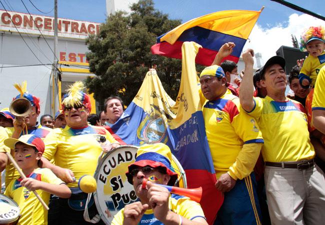 Hinchas ecuatorianos festejan antes de ingresar al estadio Atahualpa para ver el partido Ecuador - Uruguay. Foto: EFE