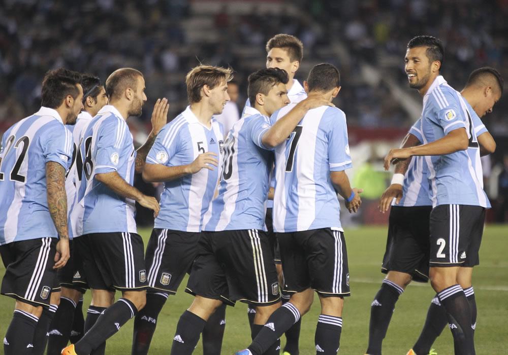 Los jugadores de la selección de Argentina festejan su tercer gol ante Perú. EFE