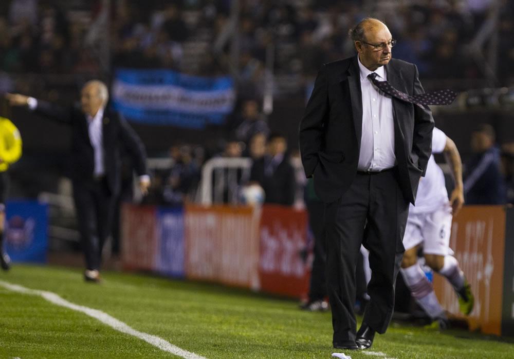 El entrenador de Perú Sergio Markarian gesticula durante el partido ante Argentina. Foto: EFE
