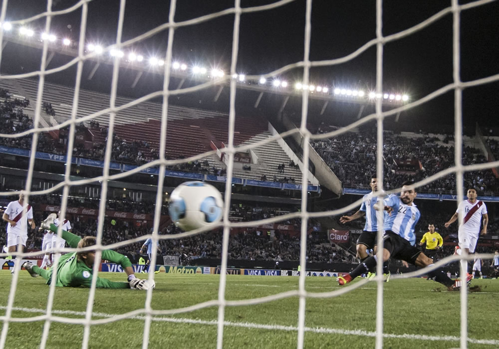El jugador de Argentina Ezequiel Lavezzi (d) convierte un gol contra Perú. Foto: EFE