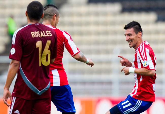 El jugador paraguayo Héctor Bénitez (d) celebra con su compañero de equipo Víctor Ayala (c) su gol ante Venezuela. Foto: EFE