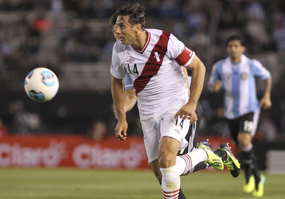 El jugador de la selección Perú Claudio Pizarro controla un balón ante Argentina. Foto: EFE