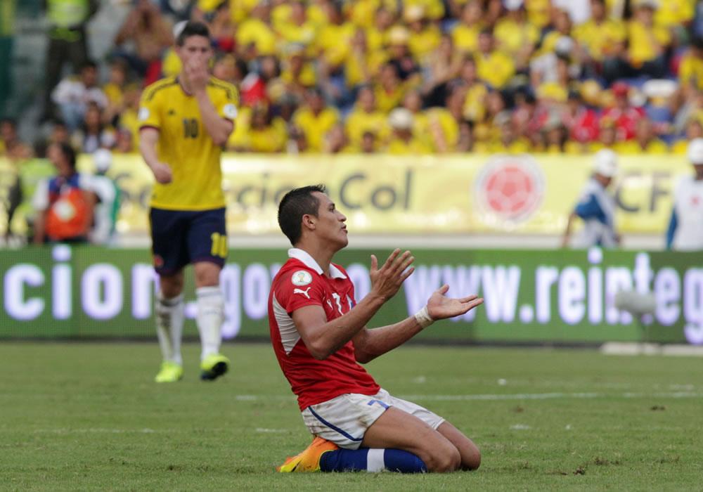 El jugador chileno Alexis Sánchez (c) celebra un gol contra Colombia. Foto: EFE