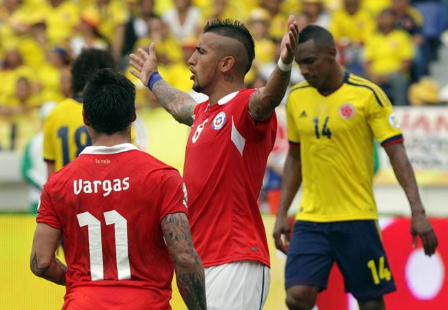 El jugador de Chile Arturo Vidal (c) celebra un gol ante Colombia. Foto: EFE