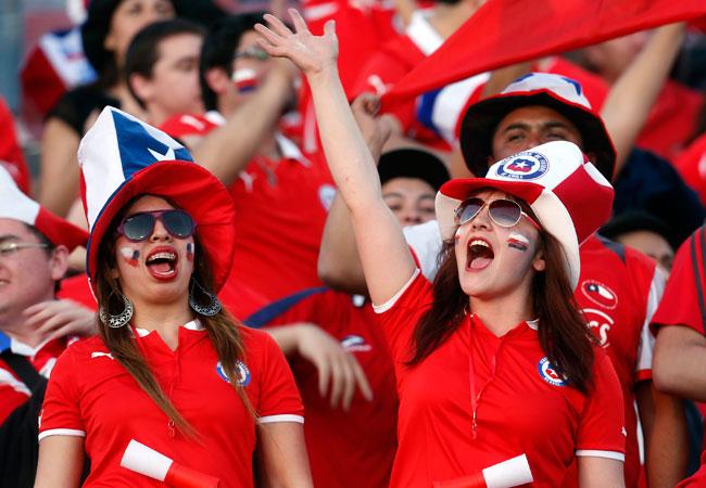 Aficionadas chilenas animan a su equipo, en el último partido por Eliminatorias de su selección frente a Ecuador. Foto: EFE