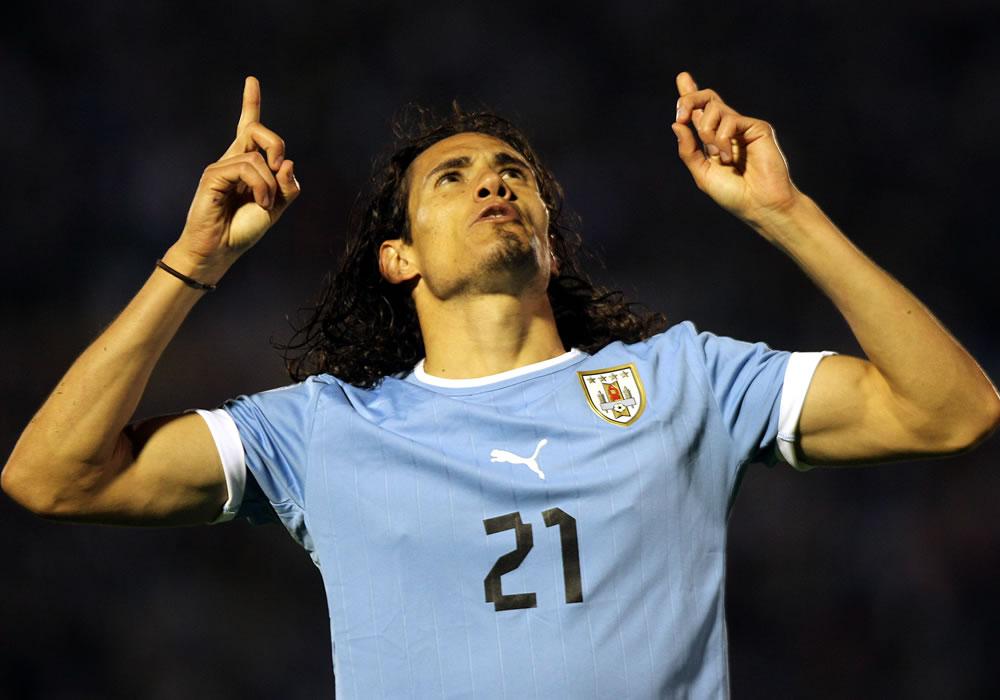 El jugador de la selección uruguaya Edinson Cavani celebra el tercer gol ante Argentina. EFE