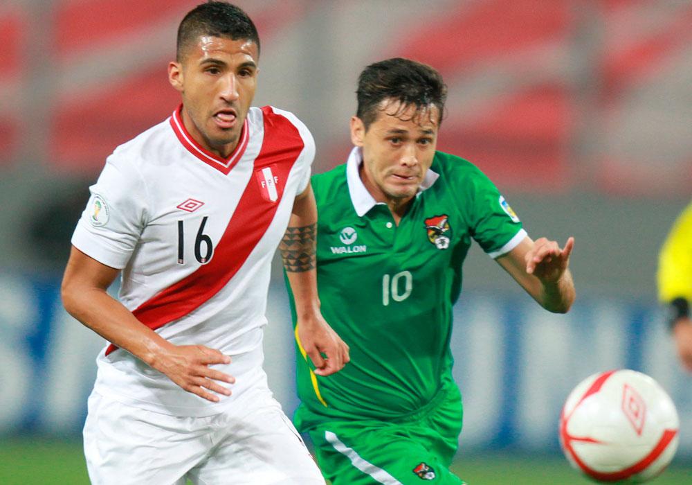 El peruano Josempir Ballón (d) es marcado por el boliviano Edivaldo Rojas (d). Foto: EFE