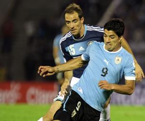 El jugador de la selección argentina Leandro Somoza (i) disputa el balón con Luis Suárez (d) de Uruguay