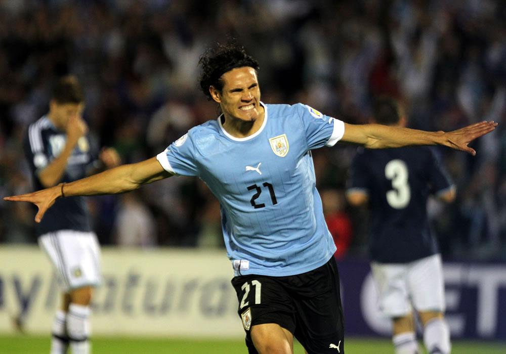 El jugador de la selección uruguaya Edinson Cavani celebra el tercer gol ante Argentina. Foto: EFE