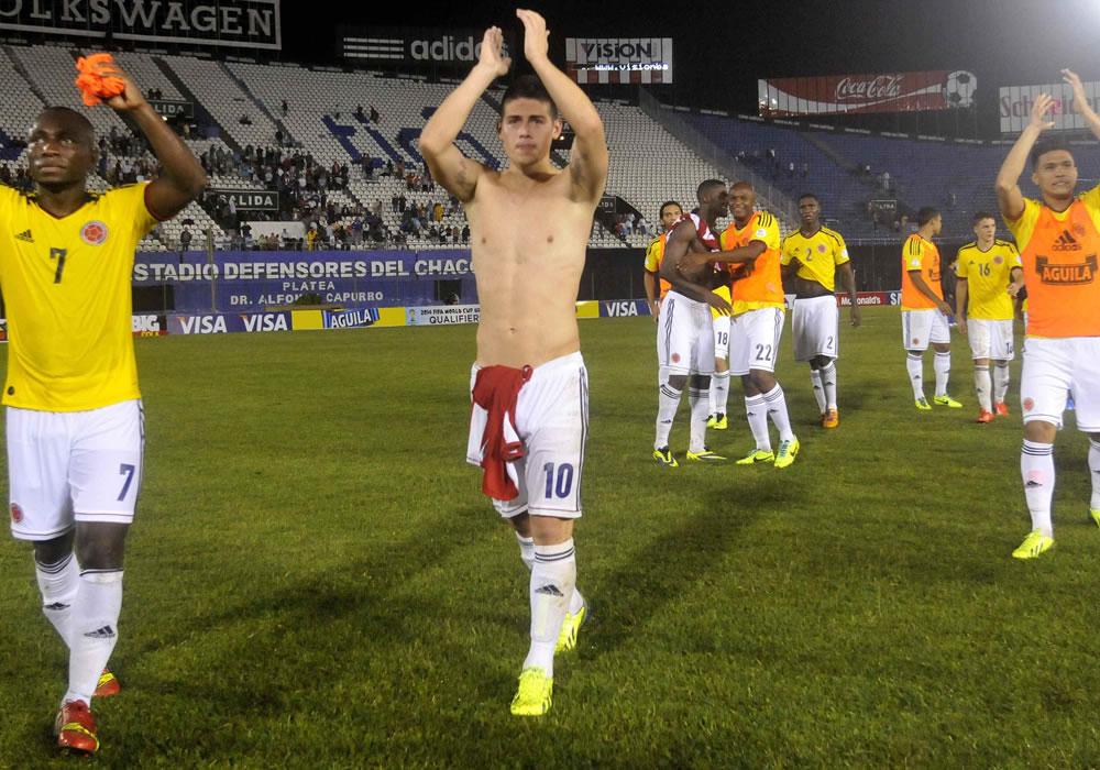 Jugadores colombianos celebran después de vencer a Paraguay. Foto: EFE