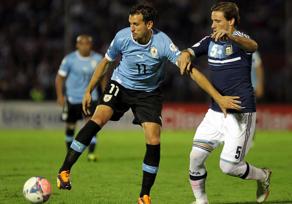 El jugador de la selección argentina Lucas Biglia (d) disputa el balón con Cristhian Stuani (i) de Uruguay. EFE