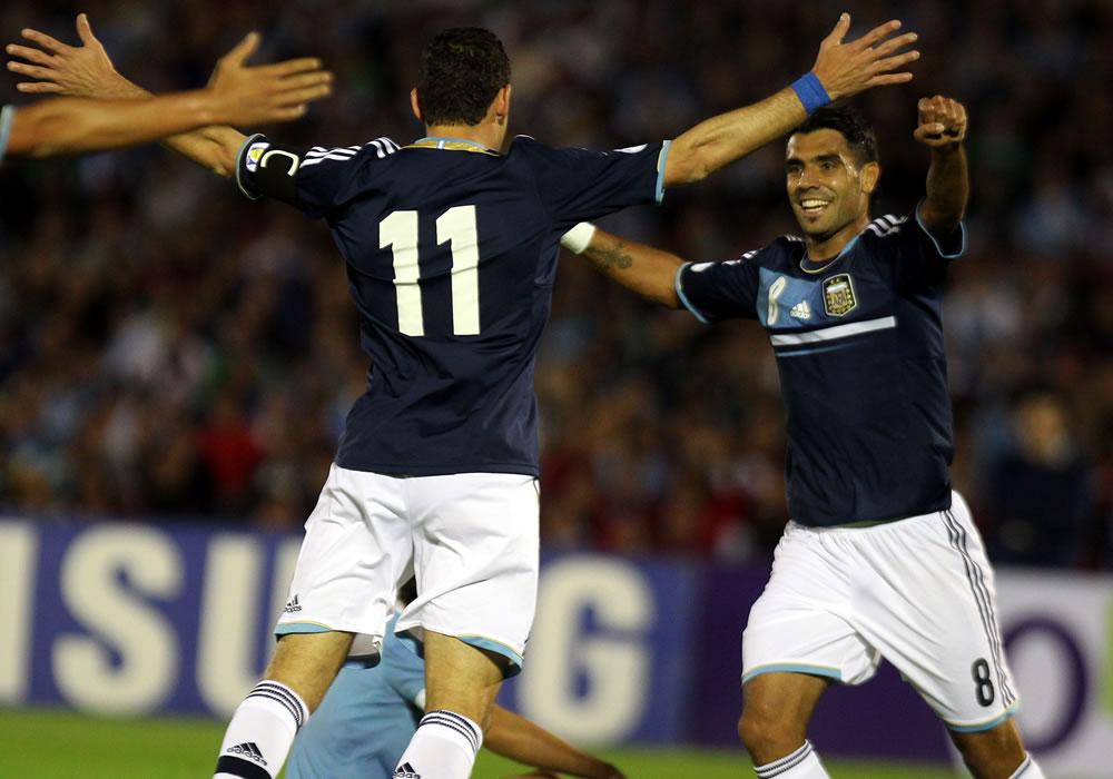 Los jugadores de la selección argentina Maximiliano Rodríguez (i) y Augusto Fernández (d) celebran un gol ante Uruguay. EFE
