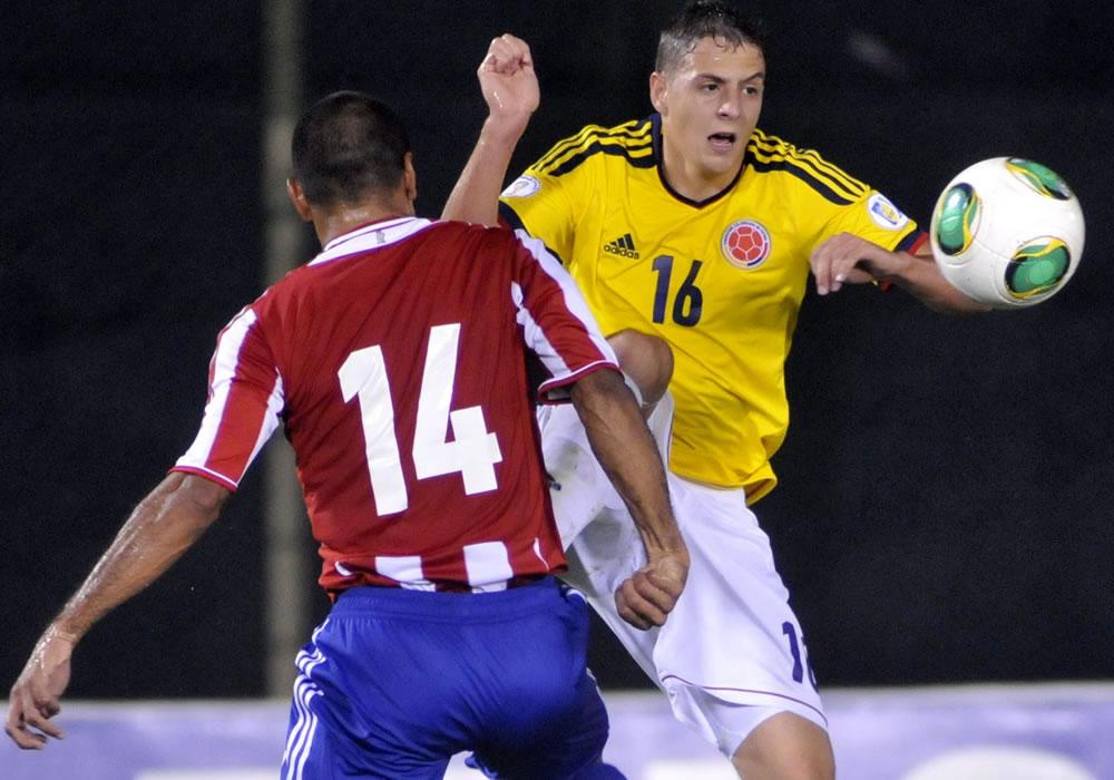 El jugador colombiano Santiago Arias disputa el balón con el paraguayo  Paulo Da Silva. Foto: EFE