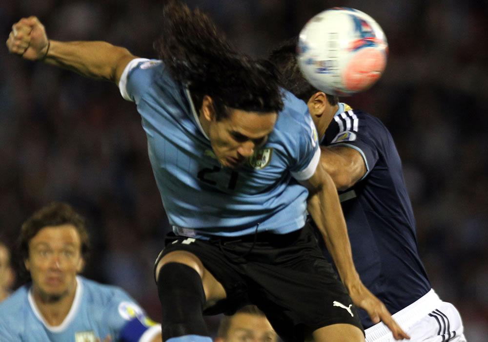El jugador de la selección argentina Sebastián Domínguez (d) disputa el balón con Edinson Cavani (i) de Uruguay. EFE