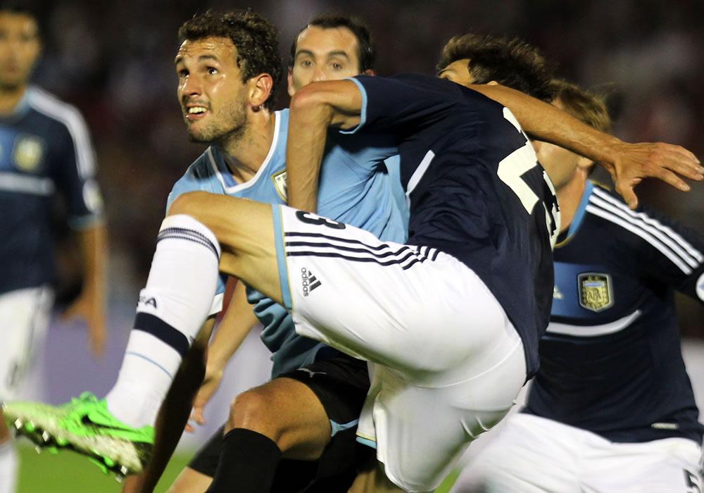 El jugador de la selección argentina José Basanta (d) disputa el balón con Cristhian Stuani (i) de Uruguay. EFE