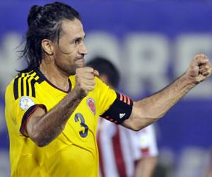 El jugador colombiano Mario Yepes celebra una anotación ante Paraguay