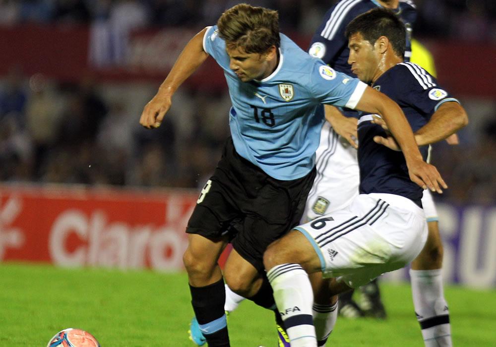 El jugador de la selección argentina Sebastián Domínguez (d) disputa el balón con Gastón Ramírez (i) de Uruguay. EFE