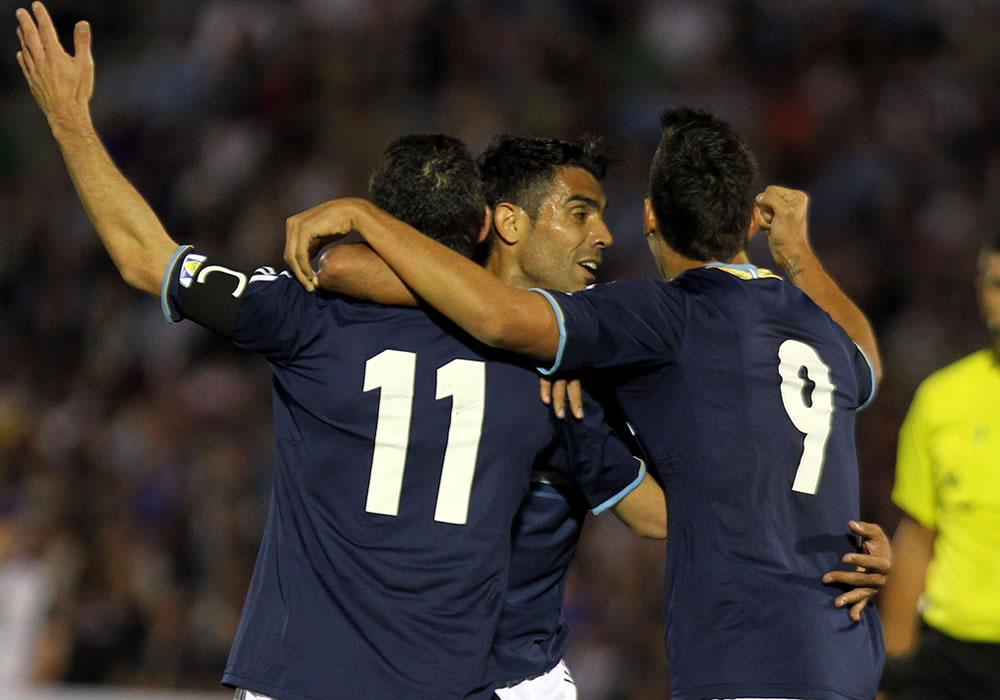 os jugadores de la selección argentina Maximiliano Rodríguez (i), Augusto Fernández (c) y Erik Lamela (d) celebran ante Uruguay. EFE