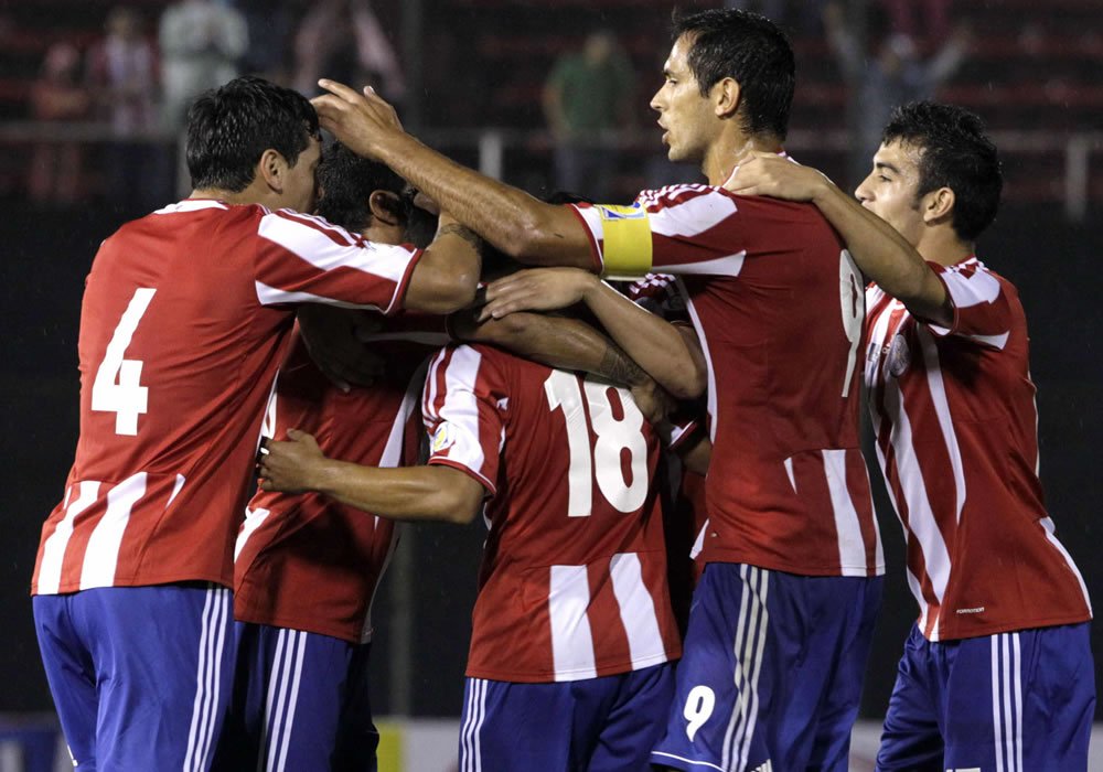 Jugadores paraguayos celebran después de anotar un gol ante Colombia. Foto: EFE