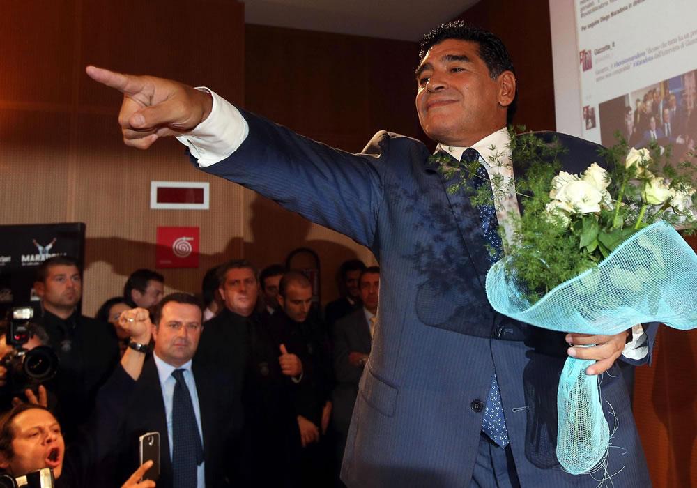 El exfutbolista argentino Diego Armando Maradona gesticula durante su visita al diario italiano