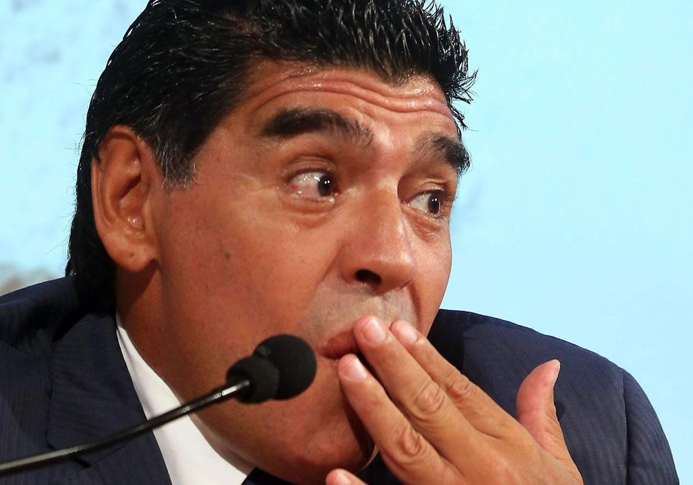 """El exfutbolista argentino Diego Armando Maradona gesticula durante su visita al diario italiano """"Gazzetta dello Sport"""", en Milán. Foto: EFE"""