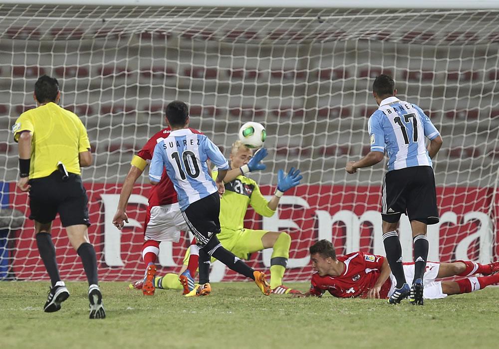 El jugador argentino de la selección sub-17, Leonardo Suárez (3i) marca un tanto ante Austria durante el partido correspondiente a la Copa del Mundo Suib 17. EFE