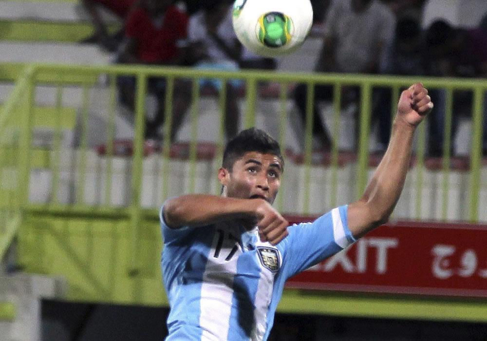 El jugador de la selección Argentina sub-17 Joaquín Ibañez marca el tanto que hizo el empate a uno. EFE