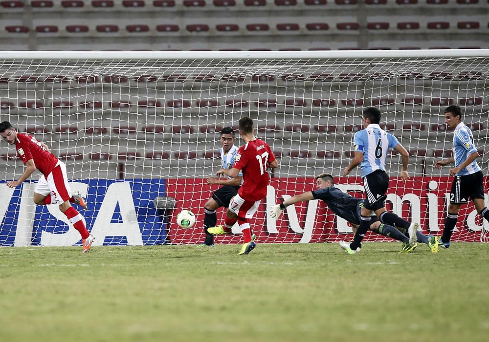 El jugador de la selección Austria sub-17 Nikola Zivotic (3i) marca un tanto en el partido correspon. EFE
