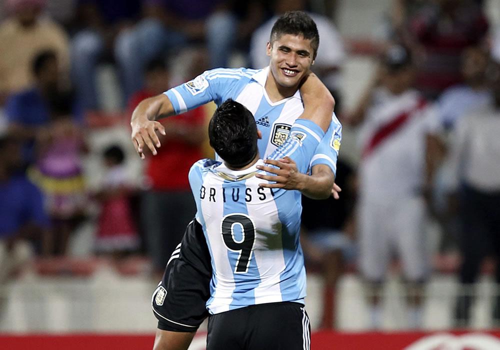 El jugador de la selección Argentina sub-17 Joaquín Ibañez (atrás) celebra su tanto con su compañero. EFE