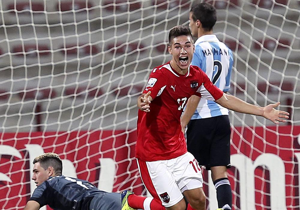 El jugador de la selección Austria sub-17 Nikola Zivotic (c) celebra un tanto marcado en el partido correspondiente. EFE