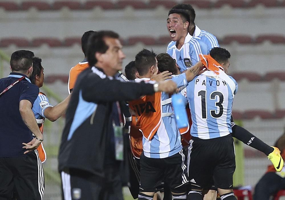 Los jugadores de la selección Argentina sub-17 reaccionan tras su victoria en el partido. EFE