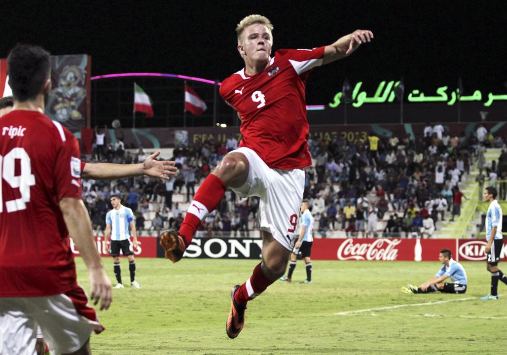 El jugador de la selección Austria sub-17 Tobias Pellegrini (c) celebra un tanto marcado en el partido. EFE