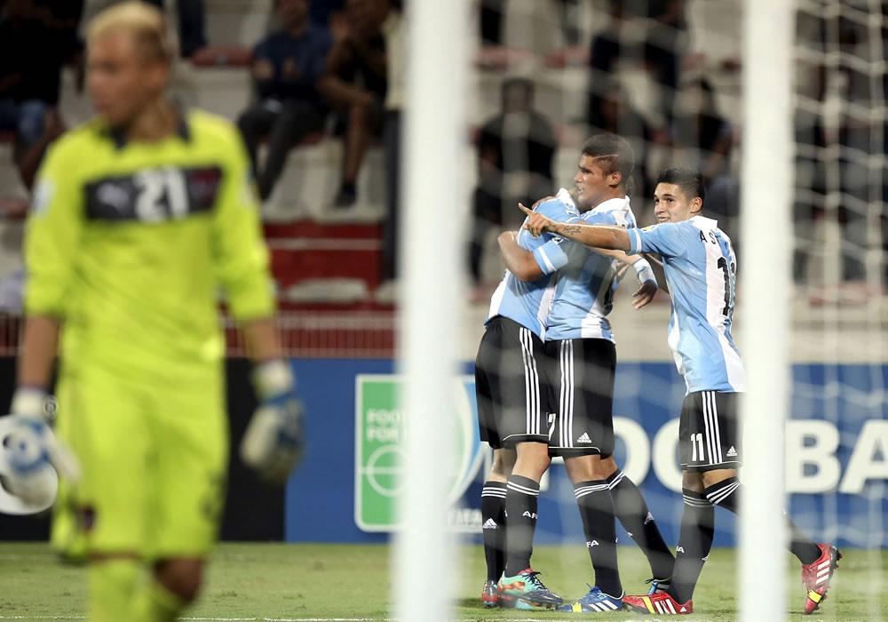 Los jugadores de la selección Argentina sub-17 celebran un tanto marcado ante Austria en Viena. EFE