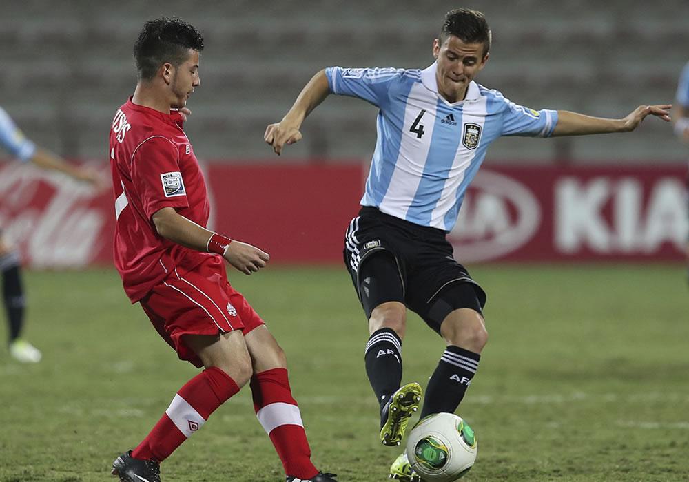 El jugador de la selección sub 17 de Argentina, Nicolas Tripichio (d) controla el balón junto a Marco Bustos. EFE