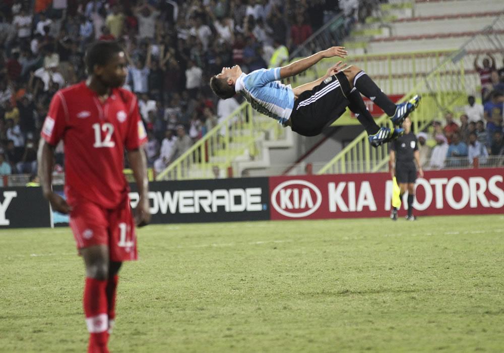 El jugador de la selección sub 17 de Argentina Joaquín Ibáñez (d) celebra un tanto ante Canadá. EFE