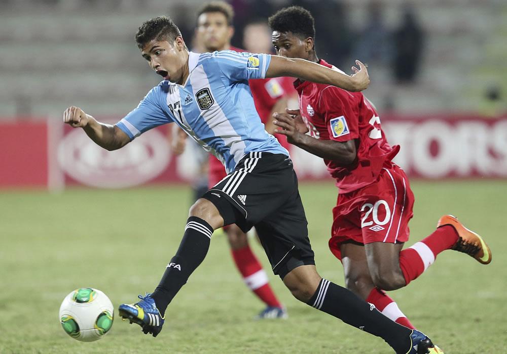 El jugador de la selección sub 17 de Argentina, Joaquín Ibañez (i) controla el balón junto a Ali Musse (d) de Canadá. EFE