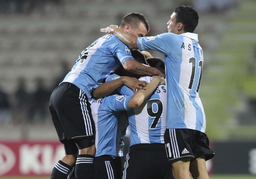 Los jugadores de la selección sub 17 de Argentina celebran un tanto marcado durante el partido del grupo E. EFE