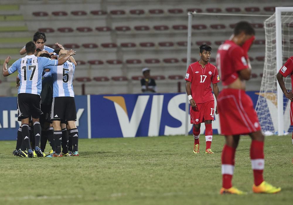 Los jugadores de la selección sub 17 de Argentina celebran un tanto ante Canadá durante el partido del grupo E. EFE