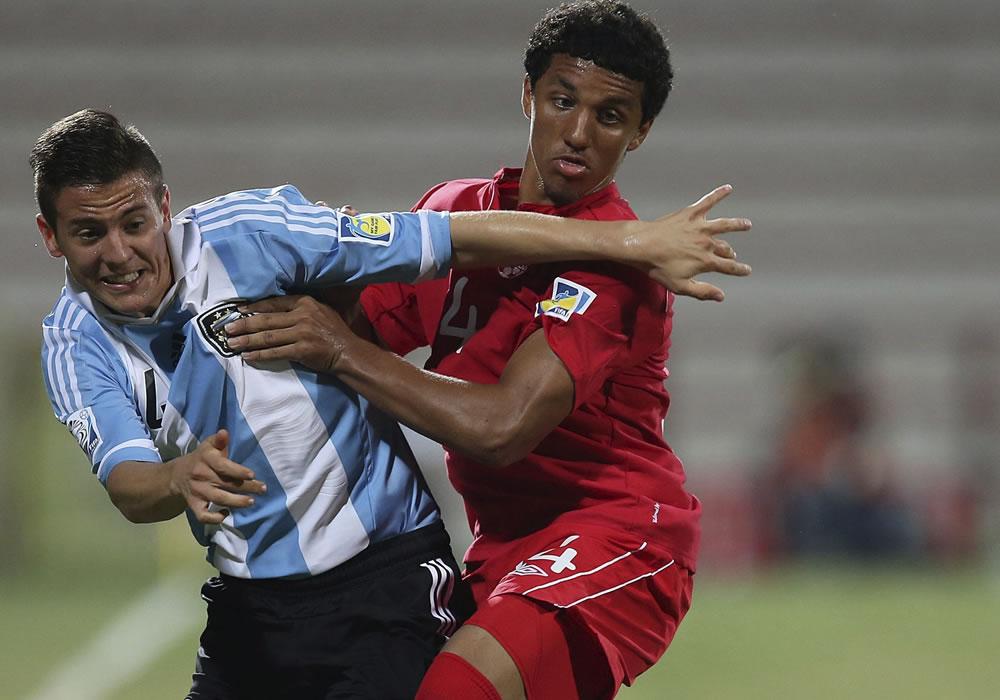 El jugador de la selección sub 17 de Argentina, Nicolás Tripichio (i) controla el balón junto a Andrew Gordon. EFE