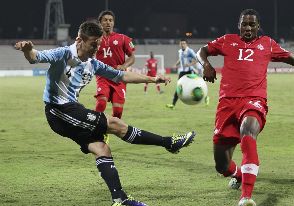 El jugador de la selección sub 17 de Argentina Joaquín Ibáñez (i) en acción durante el partido del grupo E. EFE