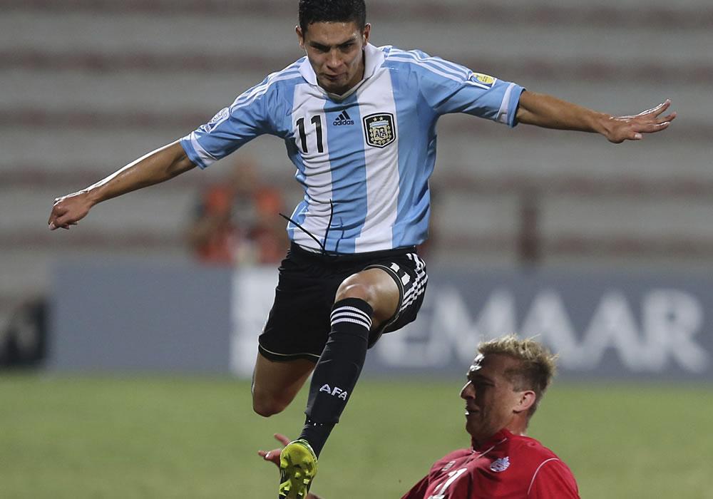 El jugador de la selección sub 17 de Argentina Marcos Astina (arriba) lucha por el control del balón. EFE