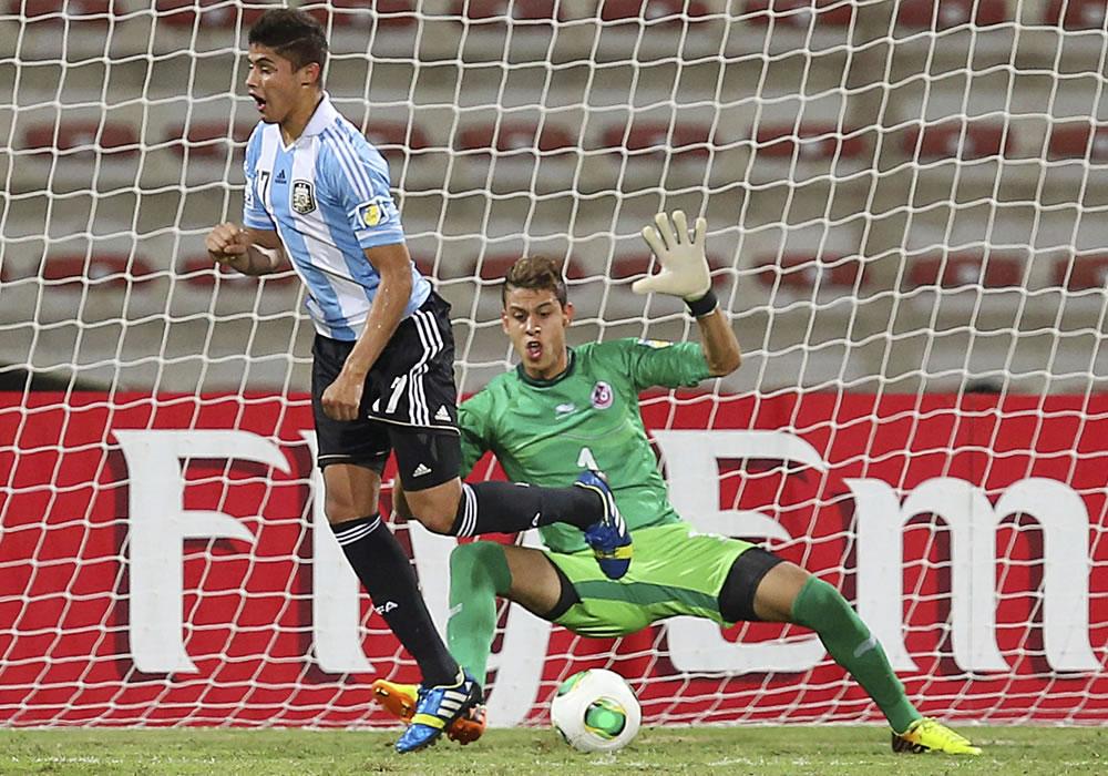 El jugador argentino Joaquín Ibáñez (i) marca el 2-1 al guardamenta tunecino, Sabri Ben Hessen. EFE