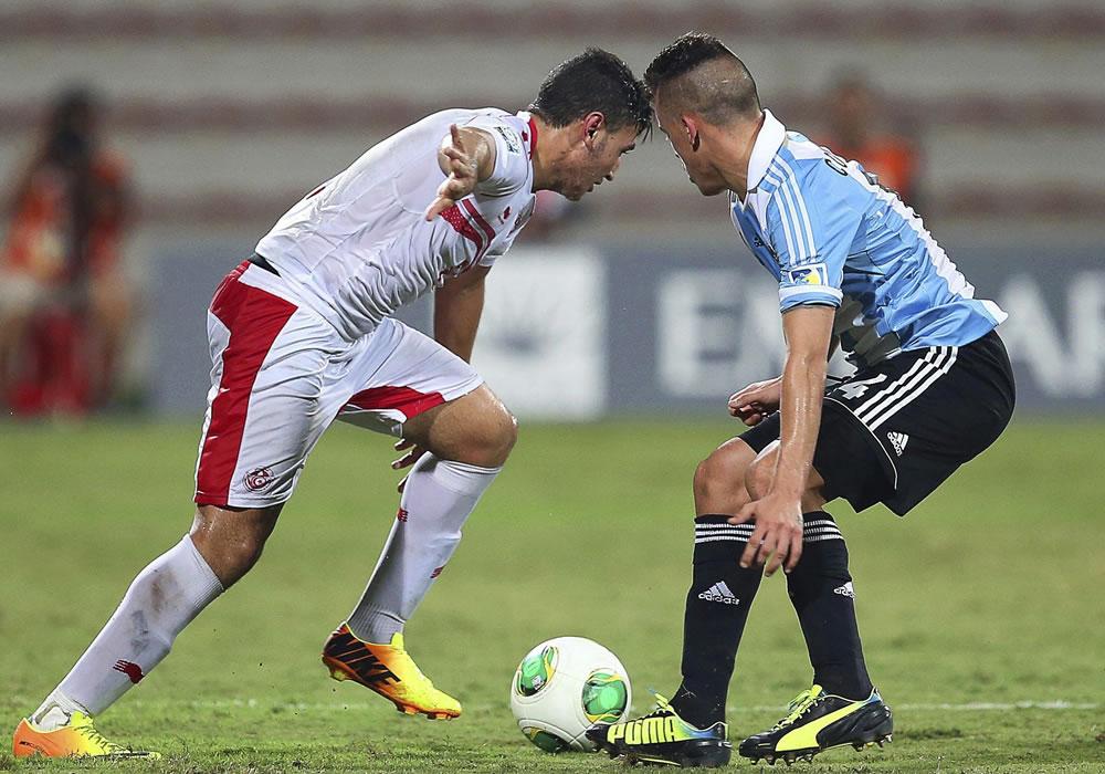 El jugador argentino Lucio Compagnucci (d) lucha por el balón con el tunecino Chiheb Jbeli. EFE