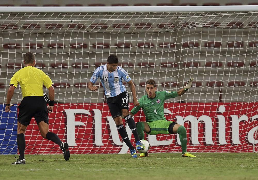 El jugador argentino Joaquín Ibáñez (c) marca el 2-1 al guardamenta tunecino, Sabri Ben Hessen. EFE
