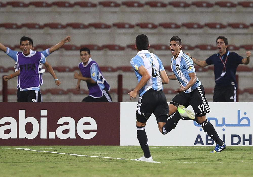 El jugador argentino Joaquín Ibáñez (d) muestra su alegría tras marcar el 2-1 ante Tunéz. EFE