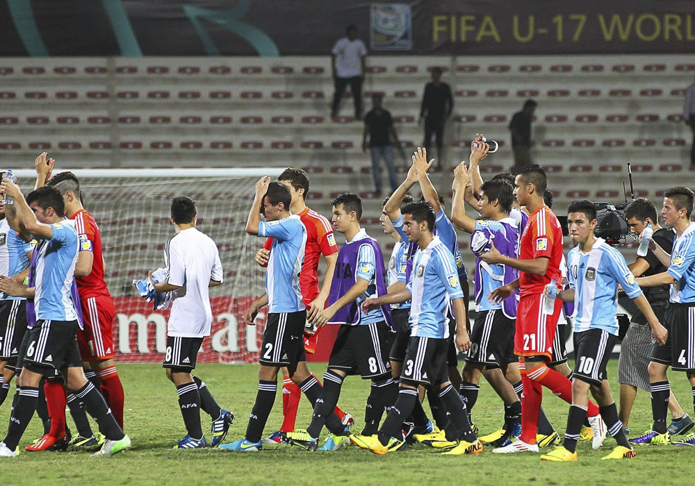 Los jugadores argentinos celebran su victoria en el partido Argentina-Túnez, de octavos de final. EFE