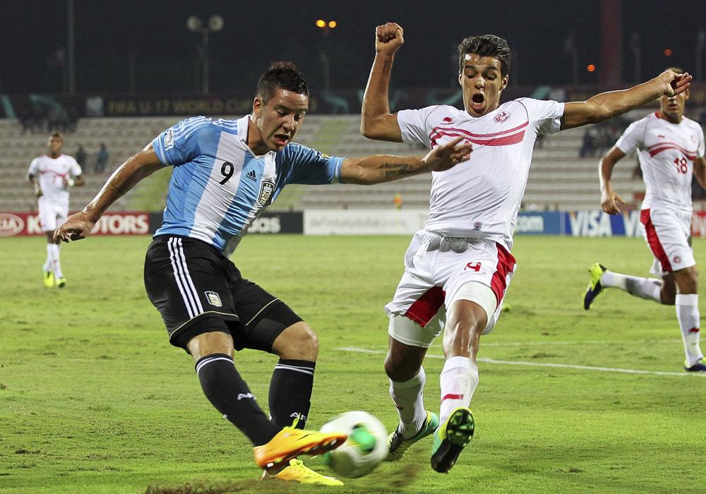 El jugador argentino Sebastian Driussi (i) lucha por el balón con el tunecino Marouane Sahraoui. EFE
