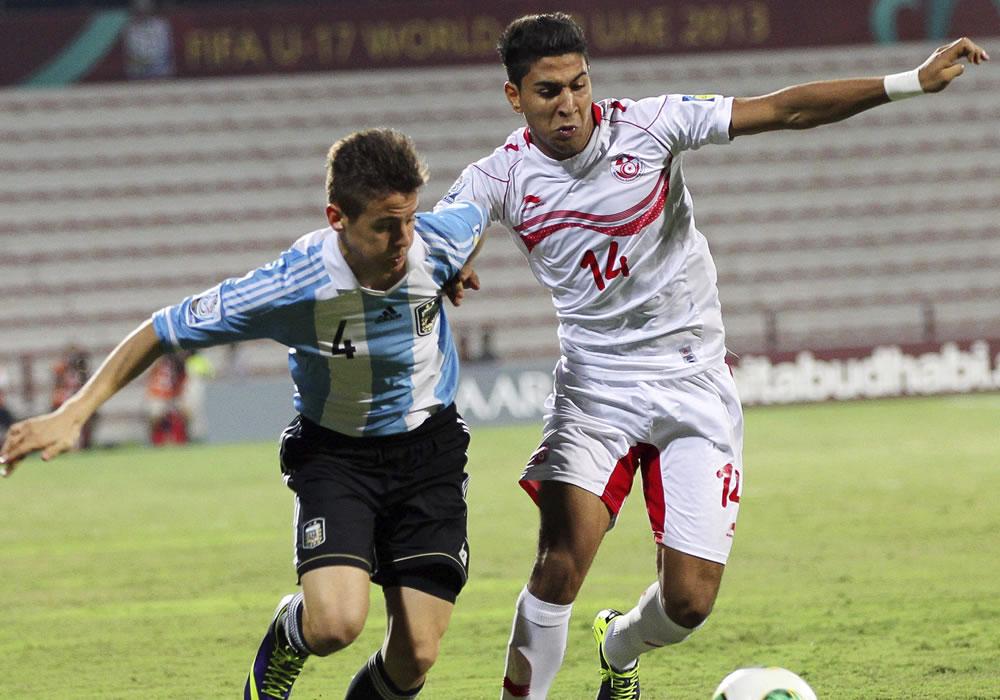 l jugador argentino Nicolás Tripichio (i) lucha por el balón con el tunecino Nidhal Ben Salem. EFE